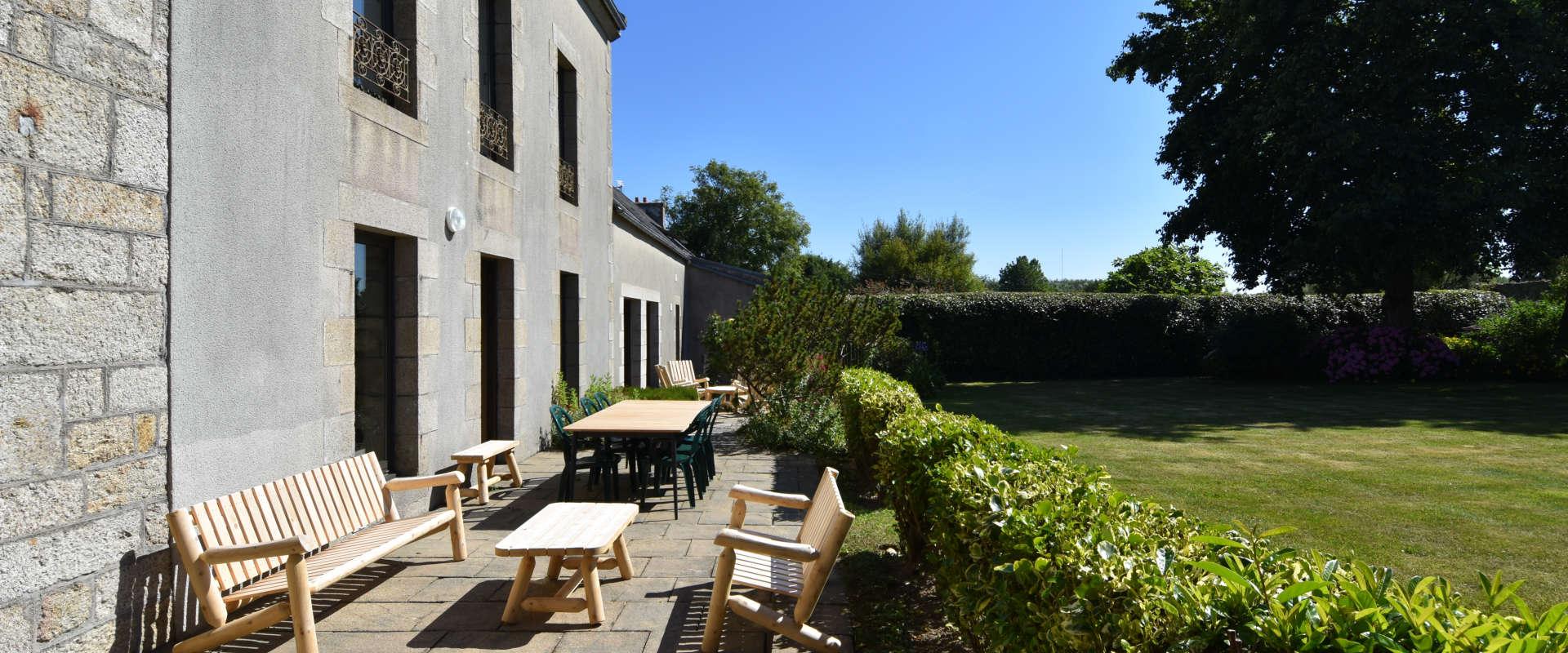 manoir-scluz-2terrasse-cote-jardin.jpg