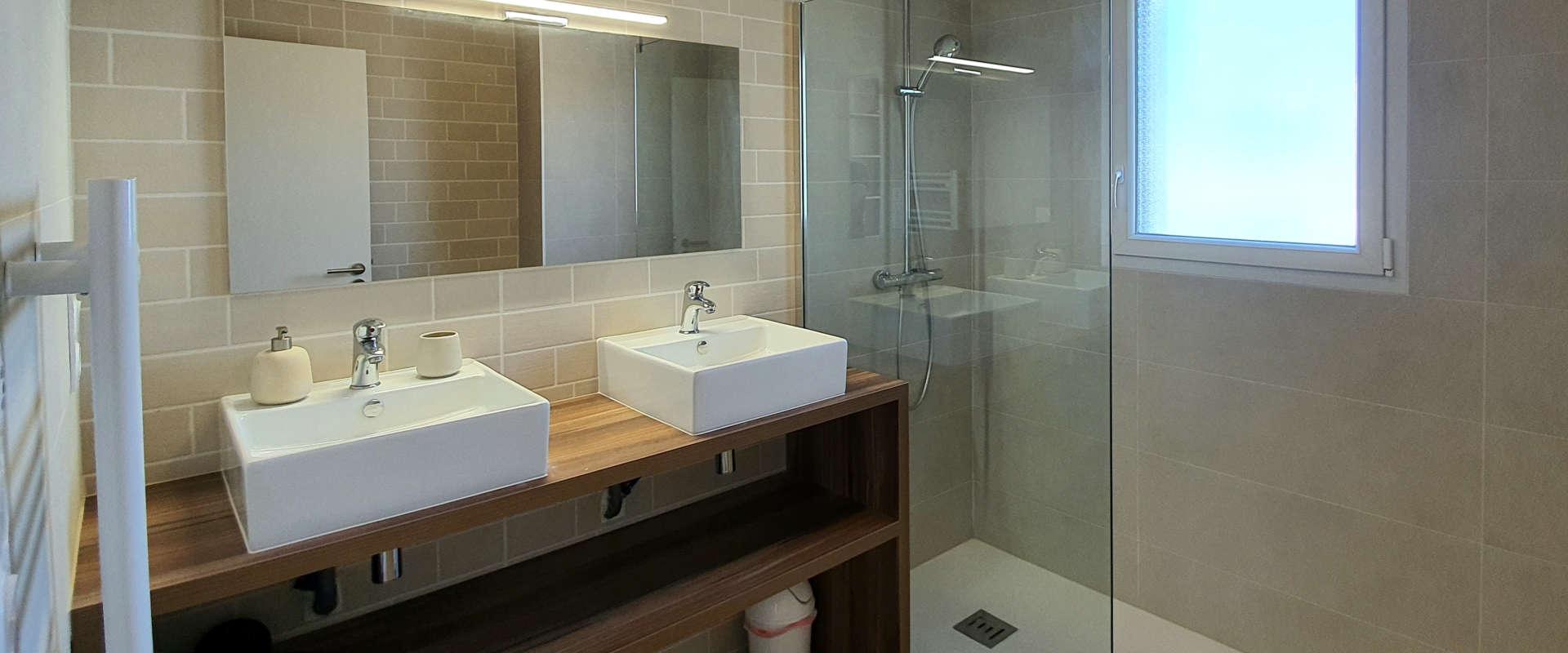 villa-des-marins-pecheurs-8-salle-d-eau-chambre1.jpg